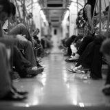 lume in metrou pe telefon