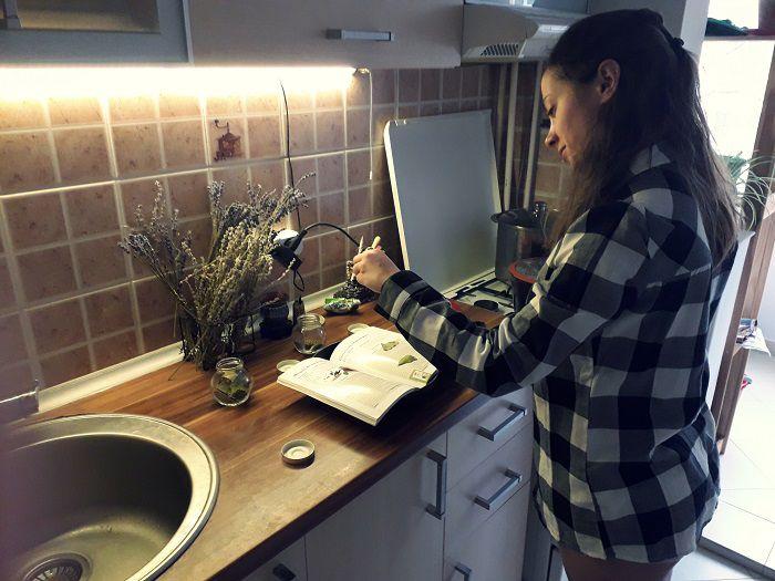 monica cu cartea de retete