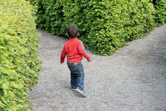 copil in labirint