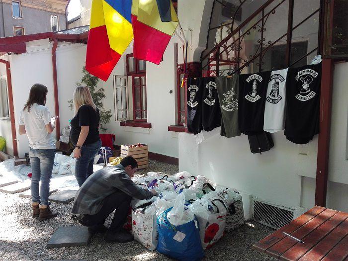 Oameni organizand donatii