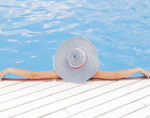 femeie in piscina