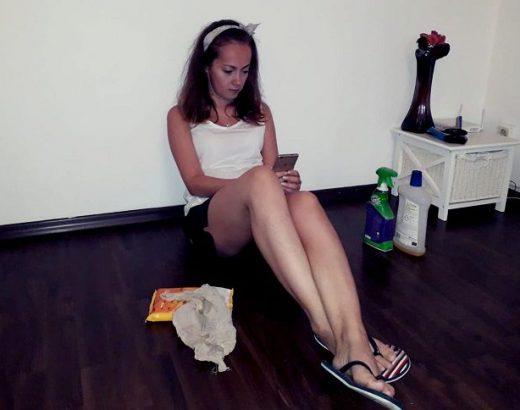 femeie stand pe telefon