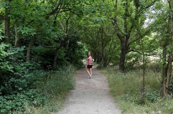 femeie in parc printre pomi