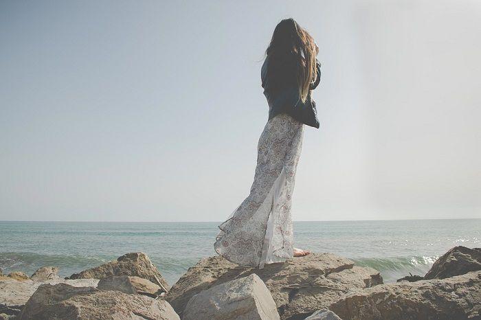 femeie pe malul marii