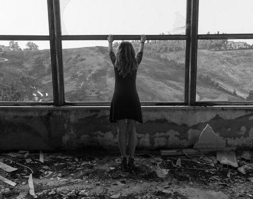 Femeie la geam