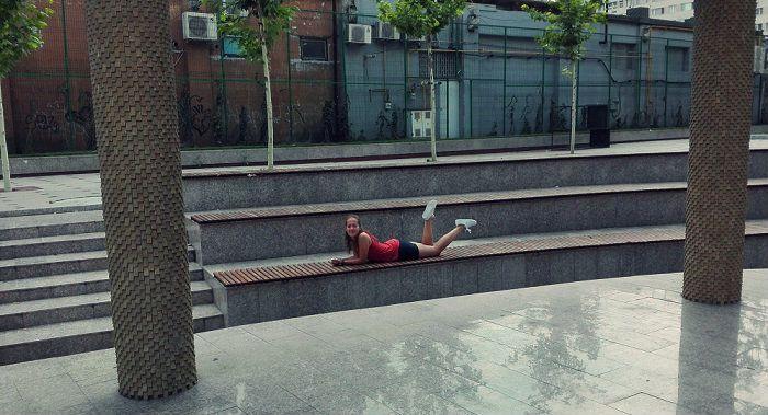 fata stand pe banca in parc