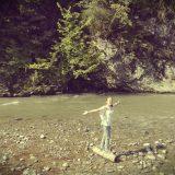 femeie pe buturuga de lemn pe apa