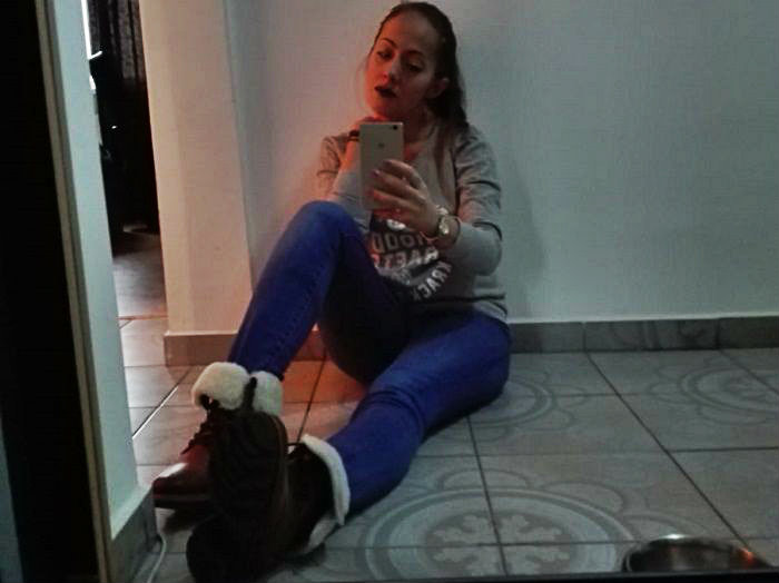 femeie in poza selfie pe jos