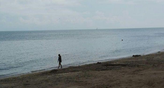 femeie mergand pe plaja
