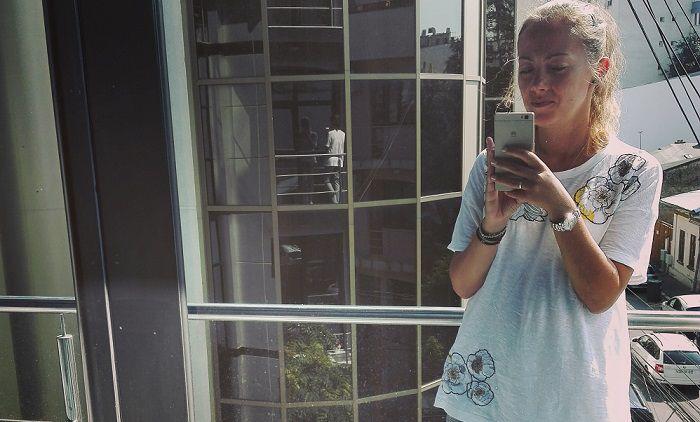 femeie pe balcon in corporatie