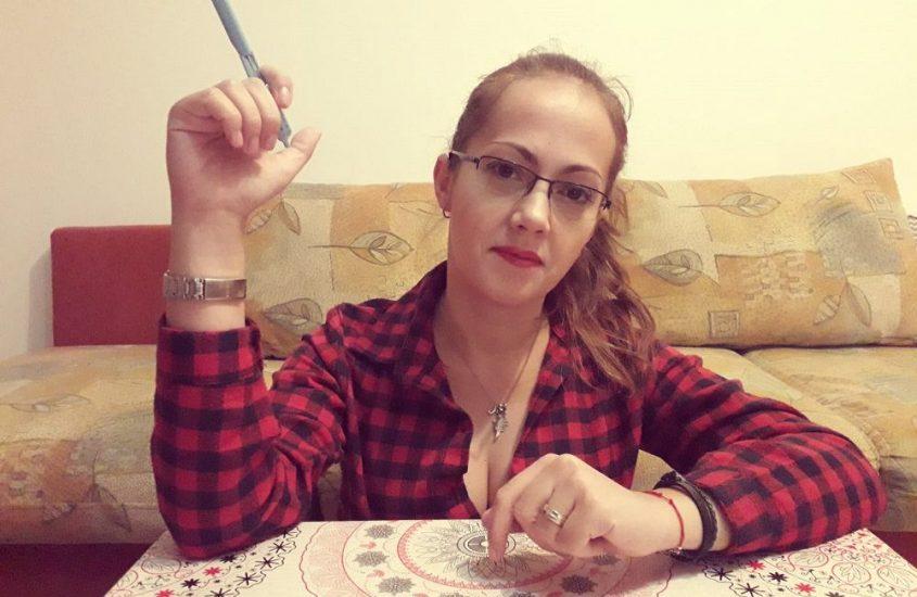 monica scrie la birou