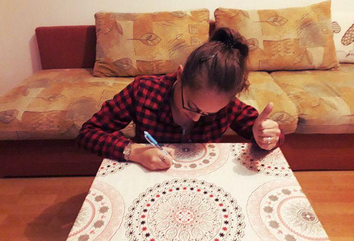 monica scrie pe musama