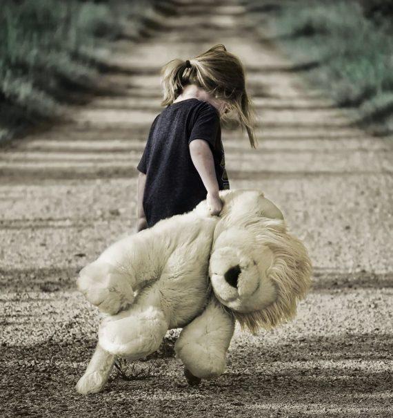 fetita cu urs de plus